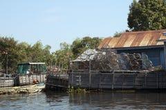 La pêche des pièges a empilé près du hangar images libres de droits