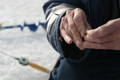 La pêche incline dans les mains du pêcheur Photos stock