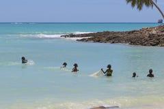 La pêche malgache sur la turquoise arrose dans fouineur soit, le Madagascar Image stock