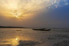 La pêche traditionnelle canoes à la plage en île d'Orango au coucher du soleil, en Guinée-Bissau photo libre de droits