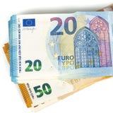 La píldora de cuentas documento 20 y 50 billetes de banco euro en el fondo blanco Imagen de archivo