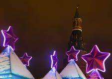 La púrpura de las decoraciones de la Navidad protagoniza en el fondo de las torres de la Moscú el Kremlin foto de archivo