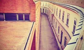 La púrpura entonó la calle vacía estrecha en Viena Fotos de archivo