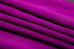 La púrpura, la oferta violeta coloreó la materia textil, material ondulado elegancia Fotos de archivo