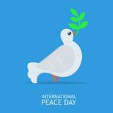 La pace bianca si è tuffata con ramo di ulivo per il manifesto internazionale del giorno di pace sul abckground del cielo blu Fotografia Stock