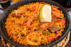 La paella spagnola dei frutti di mare di tradizione in pentola, questa è un piatto spagnolo tipico immagini stock