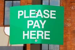La paga aquí firma Foto de archivo libre de regalías