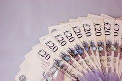 La paga de los pagos al contado del dinero de las libras del inglés gana a scads del turismo de la renta de la moneda 20pounds la Imagen de archivo