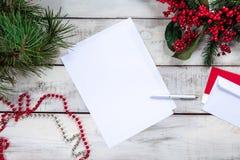 La page du papier blanche sur la table en bois avec Image libre de droits