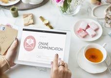 La page Web en ligne de communication enveloppent le concept de courrier photos stock