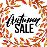 La pagina con le foglie piene rotonde autunnali si avvolge e Autumn Sale Lettering Immagini Stock