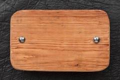 La pagina, confine fatto di legno, si è fissata con i ribattini del ferro a cuoio nero, isolato su fondo bianco Immagine Stock