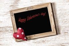 La pagina del giorno del ` s del biglietto di S. Valentino della st ed il cuore casalingo su una struttura di legno bianca imbarc Fotografia Stock
