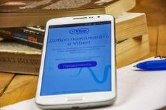 La pagina dell'invito nell'applicazione di Viber è aperta sullo schermo dello smartphone Immagini Stock Libere da Diritti