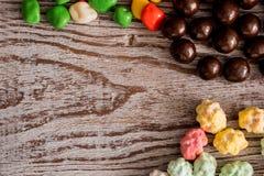 La pagina della caramella assortita luminosa variopinta in ciotole e barattoli, bastoncini di zucchero ed arcobaleno ha colorato  Immagini Stock Libere da Diritti