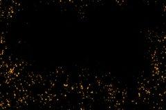 La pagina delle particelle dorate delle bolle della scintilla di scintillio stars su fondo nero, festa festiva del buon anno di e Immagine Stock