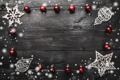 La pagina fatta della decorazione di natale, palle di natale, ha ornato i giocattoli ed i fiocchi di neve di legno fotografia stock