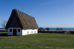 La paglia ha coperto la casa del cottage Fotografia Stock