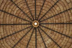 La paglia ha ricoperto di paglia il fondo del tetto con la lampadina fotografia stock