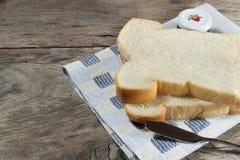 La pagnotta del taglio di pane Immagine Stock