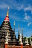 La pagoda avec le dessus d'or en ciel bleu Photographie stock