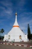 La pagoda bianca su cielo blu della provincia di Mae Hong Son a nord della Tailandia Fotografie Stock