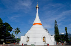 La pagoda bianca su cielo blu della provincia di Mae Hong Son a nord della Tailandia Immagini Stock Libere da Diritti