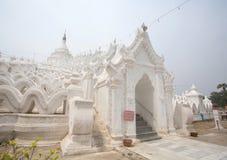 La pagoda blanche du temple de paya de Hsinbyume (Myatheindan) Image libre de droits