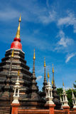 La pagoda con la cima dorata in cielo blu Fotografia Stock
