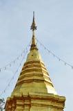 La pagoda d'or contiennent la cendre de Bouddha dans le temple antique Thaïlande images stock