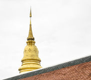 la pagoda d'or dans le temple de la Thaïlande avec le ciel Photographie stock