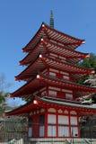 La pagoda de Chureito avec le ciel bleu photo stock