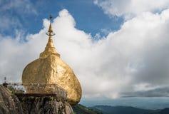 La pagoda de la roca y el x28 de oro; Kyaikhtiyo& x29; en Myanmar Imagen de archivo