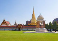 La pagoda de oro antigua grande hermosa con primero plano de la hierba verde Fotos de archivo