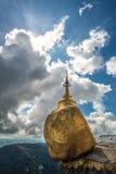 La pagoda de oro de la roca (Kyaikhtiyo) en Myanmar Imagen de archivo