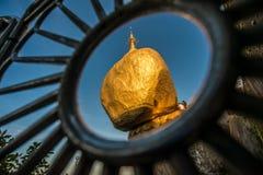 La pagoda de oro de la roca (Kyaikhtiyo) en Myanmar, mirando el paso la cerca Foto de archivo