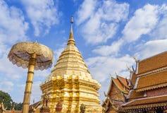 La pagoda de oro grande pública en el templo budista tailandés de Wat Phra That Doi Suthep el más famoso está visitando el lugar  Imagen de archivo