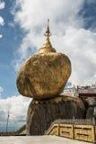 La pagoda de oro Kyaikhtiyo de la roca en el estado de lunes de Myanmar Este lugar es el lugar budista más asombroso en Myanmar Foto de archivo libre de regalías