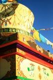 La pagoda de Tíbet con ruega la bandera en Yunnan, China Imagenes de archivo