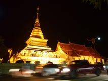 La pagoda dell'oro nella città di Nan immagini stock