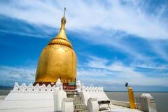 La pagoda di Buphaya Paya contro cielo blu è una pagoda dorata situata in Bagan nel Myanmar vicino al fiume di Irrawaddy fotografia stock