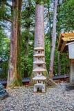 La pagoda e Cedar Trees di pietra a Toshogu shrine a Nikko, Giappone Fotografia Stock