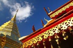 La pagoda rossa dell'oro e del tetto a nord della Tailandia Immagine Stock Libera da Diritti