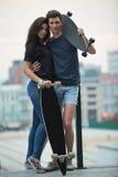 La paire d'ado d'amants pose pour l'appareil-photo Photos stock