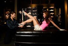 La paire d'amoureux essaye sur les chaussures neuves Photographie stock
