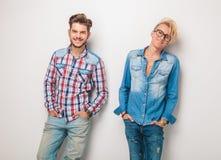 La paire d'hommes décontractés dans des jeans occasionnels vêtx le sourire Image libre de droits