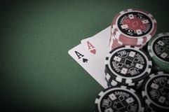 La paire de cassino d'as, rouge et noir ébrèche sur la table verte - vinta Image stock