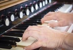 La paire de ` caucasien s de femme remet jouer l'organe photographie stock