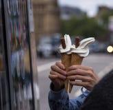 La paire de 99 flocons crème images stock