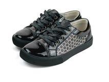 La paire de ` noir s d'enfants folâtre des chaussures de style sur le fond blanc Images libres de droits